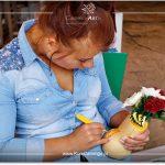 Dominika Sadowska podczas rzeźbienia